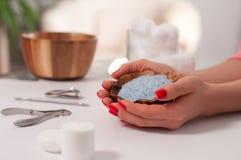 Cuidado da mão nos termas Tratamento de mãos bonito, mãos do ` s da mulher nos termas Imagens de Stock Royalty Free