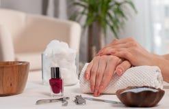 Cuidado da mão nos termas Tratamento de mãos bonito, mãos do ` s da mulher nos termas Fotografia de Stock Royalty Free
