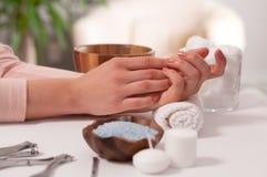 Cuidado da mão nos termas Tratamento de mãos bonito, mãos do ` s da mulher nos termas Fotografia de Stock