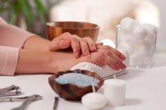 Cuidado da mão nos termas Tratamento de mãos bonito, mãos do ` s da mulher nos termas Imagem de Stock