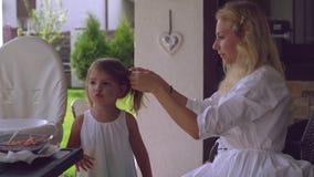 Cuidado da mamã sobre a criança agradável filme