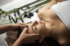 Cuidado da pele e do corpo Close-up de uma jovem mulher que obtém termas Treatm imagem de stock