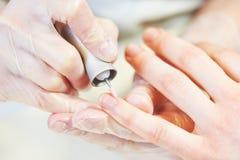 Cuidado da unha procedimento da beleza do verniz para as unhas do tratamento de mãos foto de stock