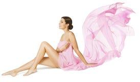 Cuidado de la belleza del cuerpo de la mujer, modelo atractivo en vestido que fluye del vuelo rosado fotografía de archivo