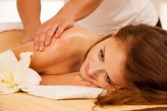 Cuidado de la carrocería Tratamiento del masaje del cuerpo del balneario Mujer que tiene masaje en t Fotografía de archivo