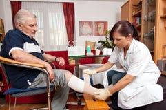 Cuidado de la herida de las enfermeras Fotos de archivo libres de regalías