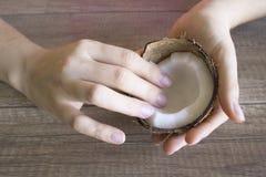 Cuidado de la mano de la crema del coco, cosméticos naturales Cuidado de la mano Belleza y concepto del balneario imagenes de archivo