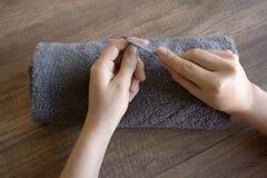 Cuidado de la mano, cuidado popular de la mano Manicura Procedimiento del balneario para las manos Belleza y concepto del balnear imágenes de archivo libres de regalías