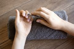 Cuidado de la mano, cuidado popular de la mano Manicura Procedimiento del balneario para las manos Belleza y concepto del balnear fotos de archivo libres de regalías