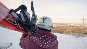 Cuidado de la mujer en la snowboard de los hombros, gente del deporte de invierno metrajes
