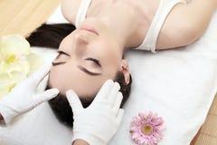 Cuidado de la piel y del cuerpo Primer de una mujer joven que consigue el tratamiento del balneario en el salón de belleza Masaje foto de archivo