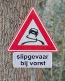 Cuidado de la señal de tráfico resbaladizo cuando frío, holandés Imagenes de archivo