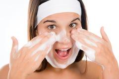 Cuidado de pele do problema do adolescente - face da lavagem da mulher Imagem de Stock Royalty Free