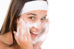 Cuidado de pele do problema do adolescente - face da lavagem da mulher Imagens de Stock Royalty Free