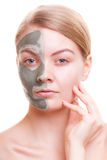 Cuidado de pele Mulher que aplica a máscara da argila na cara Termas Foto de Stock