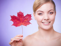 Cuidado de pele Retrato da menina da jovem mulher com folha de bordo vermelha foto de stock royalty free