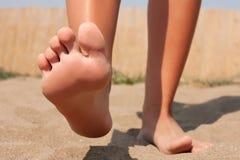 Cuidado de pie en la playa Foto de archivo libre de regalías