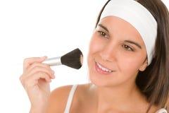 Cuidado de piel del maquillaje - la mujer aplica el polvo Imágenes de archivo libres de regalías