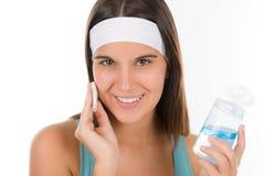 Cuidado de piel del problema del adolescente - la mujer limpia Imagenes de archivo