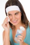 Cuidado de piel del problema del adolescente - la mujer limpia Foto de archivo libre de regalías