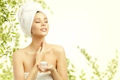 Cuidado de piel de la belleza de la mujer, Applying Moisturizer modelo al cuello fotos de archivo