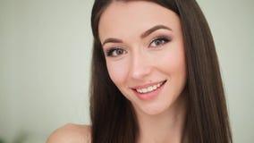 Cuidado de piel de la belleza Mujer hermosa que aplica la crema de cara cosmética metrajes