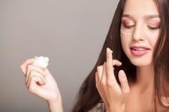 Cuidado de piel de la cara de la belleza de la mujer Retrato de la hembra joven sana MES Imagen de archivo libre de regalías