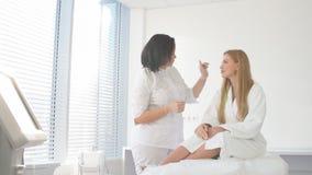 Cuidado de piel de la cara Mujer que consigue el tratamiento facial del laser metrajes
