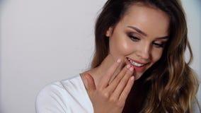 Cuidado de piel de los labios Mujer con el labio conmovedor del maquillaje de la belleza metrajes