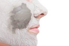 Cuidado de piel Mujer que aplica la máscara de la arcilla en cara Spa Foto de archivo libre de regalías