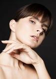 Cuidado de piel natural de la mujer de la belleza en fondo negro imágenes de archivo libres de regalías