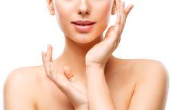 Cuidado de piel natural de la belleza, mujer que toca la cara a mano, chica joven en blanco imagen de archivo