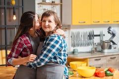 Cuidado del amor de la cocina casera de la cocina del ocio de la familia fotos de archivo