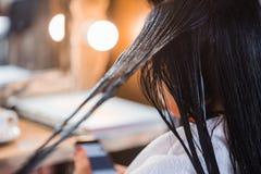 Cuidado del cabello en salón moderno del balneario Ciérrese para arriba del pelo hermoso de la mujer imagen de archivo libre de regalías