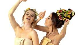 Cuidado del cabello y máscara facial de las frutas y del cuerpo de la mujer almacen de metraje de vídeo