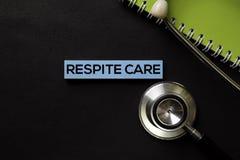 Cuidado del plazo en la tabla del negro de la visión superior y la atención sanitaria/el concepto médico foto de archivo