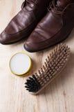 Cuidado del zapato Cera y cepillos del zapato en superficie de madera Zapatos de Glacage Imagen de archivo