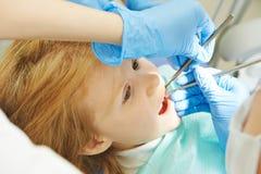 Cuidado dental del niño fotografía de archivo libre de regalías