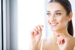 Cuidado dental Dentes Flossing da mulher bonita imagem de stock royalty free