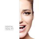 Cuidado dental Meia cara da mulher bonita com um sorriso saudável imagens de stock