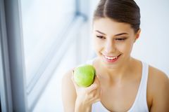 Cuidado dental Mulher com maçã verde foto de stock