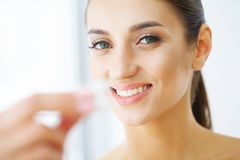 Cuidado dental Mulher nova bonita que come a goma de mastigação, sorrindo imagens de stock