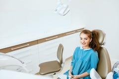 Cuidado dental Paciente pequeno feliz na clínica dental imagem de stock