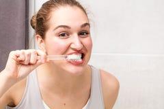 Cuidado dental sano sonriente para el adolescente y el cepillo de dientes femeninos hermosos Fotos de archivo libres de regalías