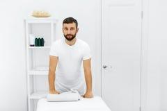 Cuidado do corpo Massagista no salão de beleza dos termas Fisioterapeuta Massage The Foto de Stock