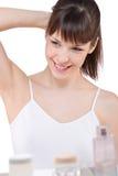 Cuidado do corpo: Retrato da mulher nova no banheiro fotos de stock