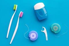 Cuidado do dente com os instrumentos da escova de dentes, do fio dental e do dentista Ajuste dos produtos de limpeza para os dent fotos de stock royalty free