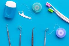 Cuidado do dente com os instrumentos da escova de dentes, do fio dental e do dentista Ajuste dos produtos de limpeza para os dent imagem de stock royalty free