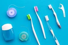 Cuidado do dente com os instrumentos da escova de dentes, do fio dental e do dentista Ajuste dos produtos de limpeza para os dent foto de stock royalty free