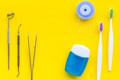 Cuidado do dente com os instrumentos da escova de dentes, do fio dental e do dentista Grupo de produtos de limpeza para os dentes foto de stock royalty free